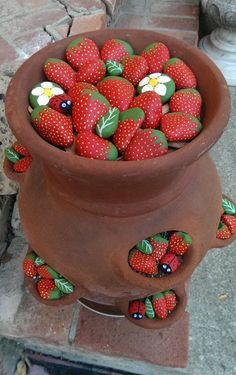 Remplissez un vase extérieur de ces fraises et coccinelles en galets! Super mignon!