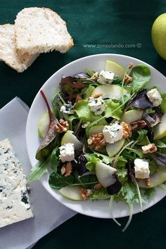 Insalata mista con rucola, mele, noci e roquefort - Arugula salad with apples, walnut and Roquefort
