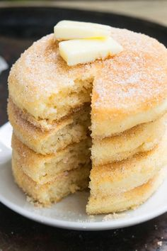 Quick and easy cinnamon pancakes recipe, made with simple ingredients. These fluffy pancakes are so airy and soft and perfect for Fall & Thanksgiving. Pancakes Easy, Fluffy Pancakes, Pancakes Cinnamon, Bisquick Recipes, Pancake Recipes, Recipe For Bisquick Pancakes, Buttermilk Pancakes, Greek Yogurt Pancakes, Dessert Recipes