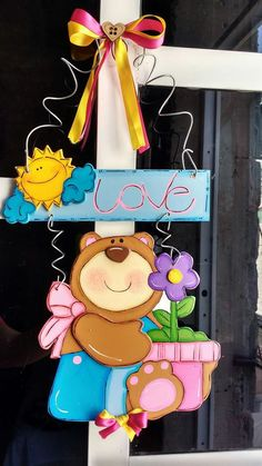 Oso country Welcome Door, Diy And Crafts, Paper Crafts, Wooden Diy, Minnie Mouse, Pendants, Kawaii, Crafty, Disney Characters