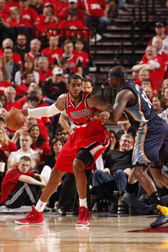 LaMarcus Aldridge backs down Zach Randolph #BLAZERSvGRIZZLIES