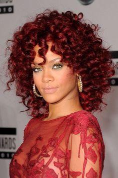 Kurz vorher wurde im November 2010 etwas dunkler: So präsentierte sich Rihanna auf dem roten Teppich bei den American Music Awards 2010.