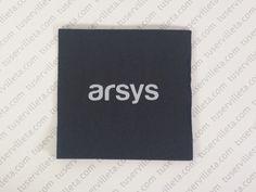 Servilletas Impresas Personalizadas Arsys se ha realizado en tamaño 20x20 cm. (10x10 cm. cerrada) Doble Punto negro, impresión en tinta Blanca.