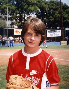 Michael J. Fox, what a cutie! Michael J Fox Young, Michael J. Fox, Marty Mcfly, Tv Actors, Actors & Actresses, Jonathan Lipnicki, Fox Pictures, Back To The Future, 90s Kids