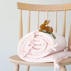 Une touche fruitée pour la décoration de la chambre de bébé !Cetour de litconvient aux lits de bébé de 60 x 120 cm ou 70 x 140 cm. Il est composé de coton issu de l'agriculture biologique. Intérieur en polyester.    D: 35 x 190 cm.  Lavable en machine à 30°.  Fabriqué au Portugal.  Marque française Poudre Organic.  Couleur; lait fraise.     69,90 € http://www.lafolleadresse.com/accessoires-bebe/2966-tour-de-lit-en-coton-bio-lait-fraise-poudre-organic.html