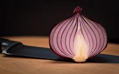 Tutti sappiamo che la cipolla è una verdura che fa bene e va mangiata regolarmente. Eppure la cipolla può causare un danno di cui non si parla quasi mai. Lo sapevi che mangiare la cipolla aperta il…