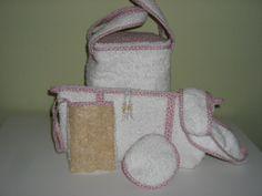 conjunto com frasqueira, necessaire, bolsinha para sabonete em bucha vegetal, esponja facial, faixa para cabelo e touca pos banho - tudo em felpa