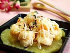 經典的鳳梨蝦球,看似華麗,不過其實簡單才能吃出新鮮原味喔!!首先先將白蝦處理成蝦仁去蝦腸後,浸泡蛋白液後再裹上玉米粉,下鍋油炸成金黃色,鳳梨片鋪底,放上蝦...