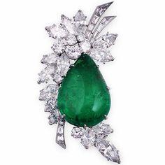 VAN CLEEF & ARPELS. AN EMERALD AND DIAMOND BROOCH Of stylised foliate…