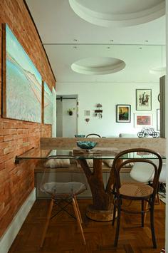 <span>Desenhada pela arquiteta Isabel Amorim, a peça que percorre toda extensão da sala é de MDF, com tampo e encosto texturizados e base laqueada. Multiúso, atua como rack e banco e ainda ajuda na organização, oferecendo gavetões, nichos e adega.</span>
