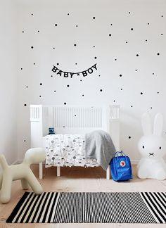 Mooi wit ledikantje voor de jongens babykamer. Leuke zwarte stippen op de muur.