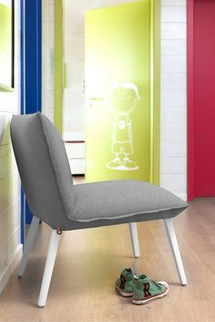 Perfect to furnish your kids'room, this design chair with wooden feet works also great in a lounge area.