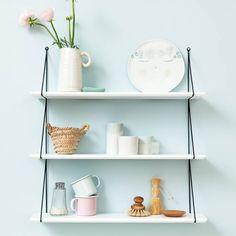 Etagère blanche esprit vintage Etagère, esprit 50', rétro, de couleur blanche. Elle se compose de deux montants en métal noir avec anneau d'accroche en haut. Les 3 étagères sont en bois peint de couleur matte, finition vernis à l'eau. Sa couleur lui permet de trouver sa place dans une chambre d'enfant, un salon ou une salle de bain. Existe dans 5 coloris : noir, gris, rose, bleu et blanc http://www.lepetitflorilege.com/catalogue/nouveautes/etagere-blanche-esprit-vintage.html