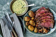 Den perfekte hovedret til gæstemad! Helstegt oksefilet i ovn med champignon og persille, saltbagte kartofler og den dejligste hjemmelavede bearnaisesauce.