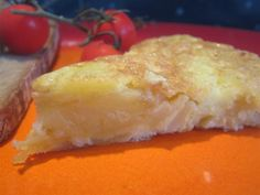 A spanyol tortilla tulajdonképpen egy krumplis rántotta vagy inkább krumplis omlett. Taco Pizza, Frittata, Wok, Cornbread, Tacos, Cheese, Cooking, Ethnic Recipes, Flamingo