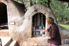 Fantastic outdoor kiln Pottery Kiln, Pottery Wheel, Ceramic Pottery, Ceramic Pots, Ceramic Clay, Wood Kiln, Ceramic Workshop, Backyard Studio, Ceramic Techniques