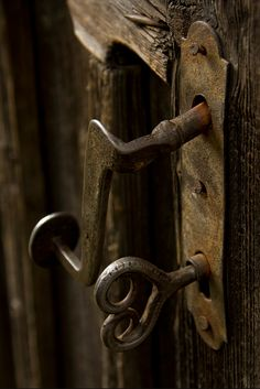 old doors and old keys that fit them 5 Solas, Antique Door Knobs, Antique Hardware, Door Knobs And Knockers, Old Keys, Key Lock, Key To My Heart, Old Doors, Or Antique