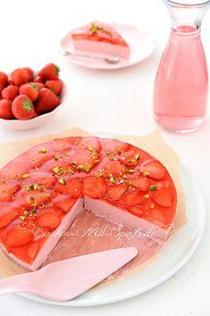 Rezept für Erdbeer-Joghurt-Kuchen. Leichter, erfrischender, kalorienarmer und leckerer Erdbeer- Joghurt- Kuchen ohne Backen. Der Kuchen besteht nur aus Naturjoghurt, Erdbeeren und etwas Zucker oder Xylit (wenn man mehr Kalorien sparen will). Oben drauf kommen frische Erdbeeren und Götterspeise.