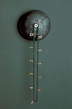 Om du har ett gammalt urverk och är kunnig på hur klockor fungerar kan du skapa denna grymma klocka av en gammal cykelkedja och siffror.