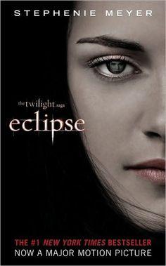 Enquanto Seattle é assolada por uma sequência de assassinatos misteriosos e uma vampira maligna continua em sua busca por vingança, Bella está cercada de perigos outra vez. Em meio a isso, ela é forçada a escolher entre seu amor por Edward e sua amizade com Jacob..