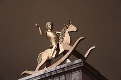 El niño en el caballo de palo, en Trafalgar Square