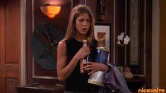 Jennifer Aniston is going to get drunk. She drinks from the bottle. Five Friends, Friends Episodes, Friends Gif, Friends Tv Show, Jennifer Aniston Gif, Marketing Mobile, Feliz Gif, Rachel Green Friends, Foto Gif