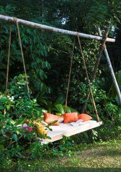 En gunga i skuggan byggd av lastpallar eller några brädor och rejäla rep.