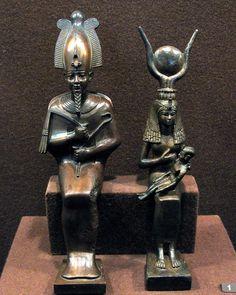 """""""Mythe osirien"""" : Osiris porte la couronne Atef, représentant l'âme de Rê, et constituée d'une mitre centrale à rayures verticales colorées, surmontée par un disque, et flanquée de deux plumes d'autruche. Isis, allaitant le pharaon Horus, porte quant à elle la couronne à cornes de vache entre lesquelles se trouve le disque solaire. Cette couronne est également un des attributs de la déesse Hathor - Musée de l'Ermitage, Saint-Pétersbourg, Russie."""