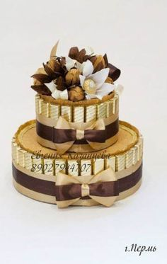 New basket flower cake gift ideas Ideas Sweet Bouquets Candy, Candy Bouquet, Chocolate Pack, Chocolate Gifts, Chocolate Flowers Bouquet, Rhubarb Cake, Money Cake, Candy Cakes, Delicious Cake Recipes