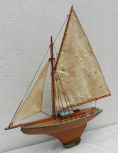 Voilier de Bassin NOVA du fabriquant Michel FRADET. Années 50, avec cabine