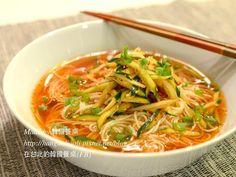 最近很熱,沒有胃口,不太想做菜嗎? 像這裡,在韓國夏天時也常吃很不同口味的 冷麵,這個黃瓜冷湯麵特別容易做, 因為不用先做別的高湯,放黃瓜絲和可口的 醬料...