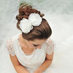 Grinalda perfeita como complemento a um vestido de noiva curto ou com saias volumosas do tipo princesa, e vestidos tomara-que-caia.  Foto: Laura Alzueta www.mercedesalzueta.com.br