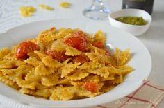 Le farfalle pomodorini e pesto sono un primo piatto che si prepara facilmente e velocemente, molto gustoso, ideale da preparare ora che il basilico abbonda.