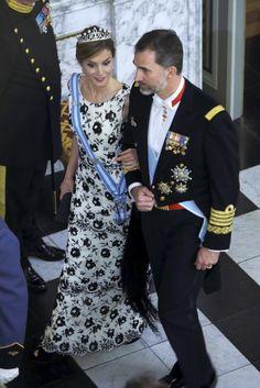 Los looks de la Reina Letizia, Copenhage, Abril de 2015. La Reina llevaba un vestido largo blanco, de escote barco y sin mangas, decorado con pedrería dibujando flores y pequeños volantes en la falda. Complementos, Letizia llevó mantón de Manila negro y unos peep toes negros de Magrit.