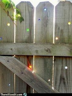 Glasmurmeln in die Löcher von Zäunen