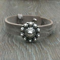 Sieraden, verstelbare brede leren armband met grote zeeuwse knop, in diverse kleuren leverbaar.