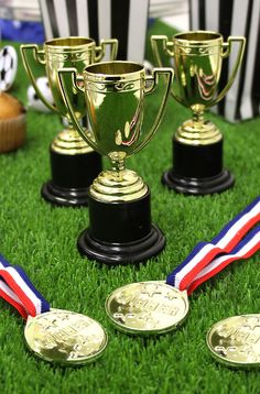 Complete your football party with trophies and medals for the winners of your football party games! Perfect for a kids' birthday party. Kids Football Parties, Football Party Games, Kids Sports Party, Birthday Party Games For Kids, Football Birthday, Sports Birthday, Soccer Party, Tailgate Parties, 4th Birthday