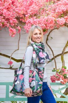 Fabulous shopper printed on vegan leather Printed Bags, Vegan Leather, Floral Tops, Cap, Makeup, Fabric, Prints, Women, Fashion