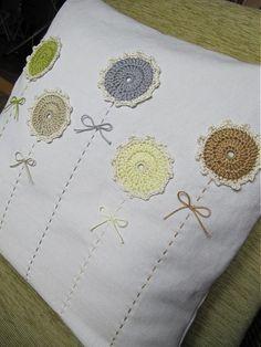 obliečka na vankúš aplikované háčkované kvietky, zapínanie na zips na návliečku je použité ručne tkané staré plátno výplň nie je súčasťou, môžem po dohode aj dorobiť, je k d...