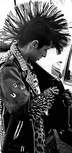 45 Best Men's Hairstyles and Types Evolved from 1975 to 2020 Punk Guys, 80s Punk, Punk Subculture, Mode Punk, Cool Hairstyles For Men, Smart Hairstyles, Crust Punk, Skin Head, Evolution
