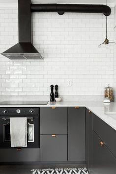 Home Interior Traditional Grey kitchen with copper handles.Home Interior Traditional Grey kitchen with copper handles Copper Kitchen, Kitchen Tiles, New Kitchen, Kitchen Grey, Eclectic Kitchen, Kitchen Modern, Kitchen Layout, Grey Kitchens, Home Kitchens