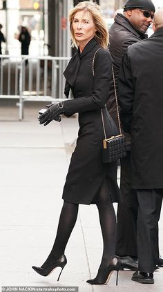 Real Housewives of New York star Carole Radziwill, Lee's former daughter-in-law, dressed in all black as she entered the church service Carole Radziwill, Lee Radziwill, Summer Funeral Outfit, Funeral Outfits, Housewives Of New York, Real Housewives, Funeral Dress Code, All Black Outfit, Black Outfits
