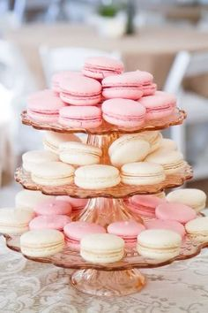 If I had a tons of money, I would have macaroons for afternoon tea everyday. Macaroons are so expensive, but if I was wealthy enough, I wouldn't care about the prices. Macarons Rosa, Pink Macaroons, French Macaroons, Macaroons Wedding, Laduree Macaroons, Köstliche Desserts, Wedding Desserts, Dessert Recipes, Gastronomia
