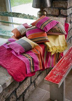 kleur roze oranje kussen textiel plaid bankje