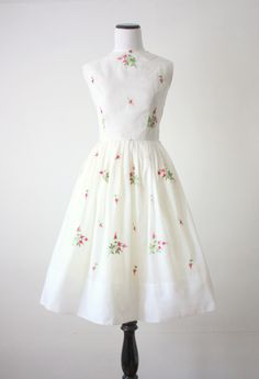 Vintage party dress with a lovely midcentury embroidered print of charming pink roses. Fully flared, pleated circle skirt, and ladylike shape. 1950s Party Dresses, Vintage 1950s Dresses, Retro Dress, Vintage Outfits, Vintage Fashion, Old Dresses, Pretty Dresses, Beautiful Dresses, Summer Dresses