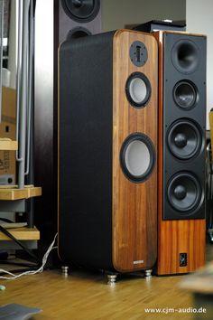 Edel anmutender Standlautsprecher von Engelholm Audio aus Schweden. Das hier angebotene Staff Pärchen ist drei Jahre jung und befindet sich in einwandfreiem Zustand ohne Gebrauchsspuren. Die Engelholm Audio Coda feed im Wert von 1350€ wie auch die Original Holz-Transportboxen gehören zum Lieferumfang.