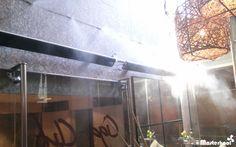 Línea de difusores de nuestro sistema de Nebulización Masterkool España en la terraza de un restaurante. #nebulización #terrazas #MasterkoolEspaña #hostelería