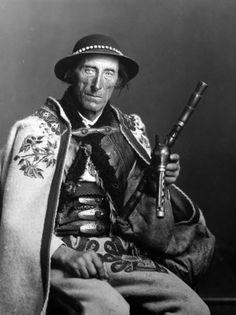 Stanisław Budz-Lepsiok from Poronin, Tatra's most famous piper, 1928 Folk Costume, Vintage Pictures, Real People, Old World, Folk Art, Concept Art, Photography, Beauty, Shepherds Hut