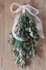 Prachtige kersttoef met jute lint, van steeneik en cypres met vrucht.Lengte ongeveer 60 cm, breedte 25 cm.
