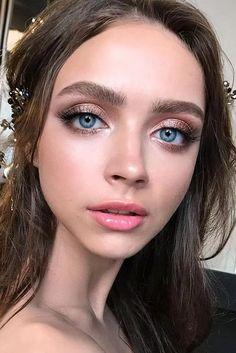 Ces looks tendance de maquillage d'automne sont incroyablement portables et incluent des produits de grandes marques! Du haut de gamme à la pharmacie, vous pouvez créer ces automne Makeup For Green Eyes, Blue Eye Makeup, Smokey Eye Makeup, Makeup For Blue Dress, Makeup Looks Blue Eyes, Bridal Makeup For Blue Eyes, Pink Lips Makeup, Glitter Makeup Looks, Simple Makeup Looks